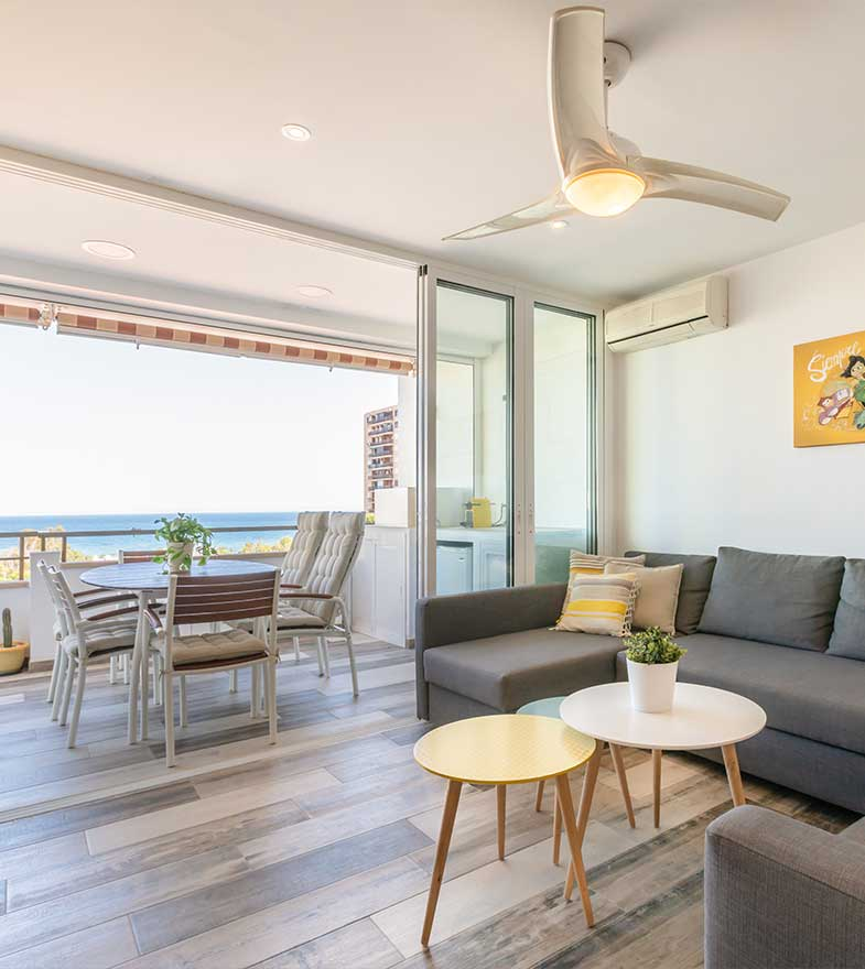 Interiorismo de salón-terraza conectados.