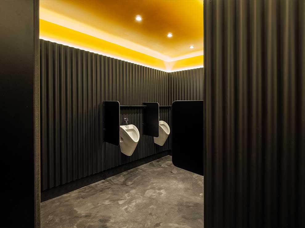 Interiorismo de baños en Caterpillar.