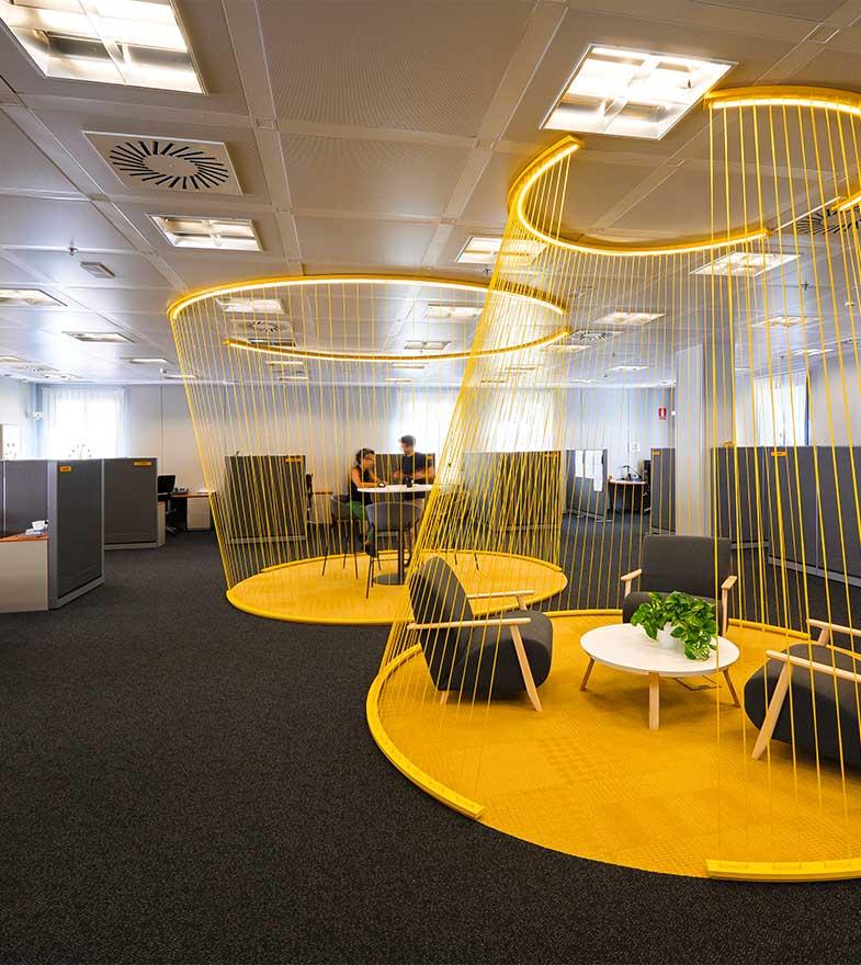 Aplicación de marca a un espacio de reunión