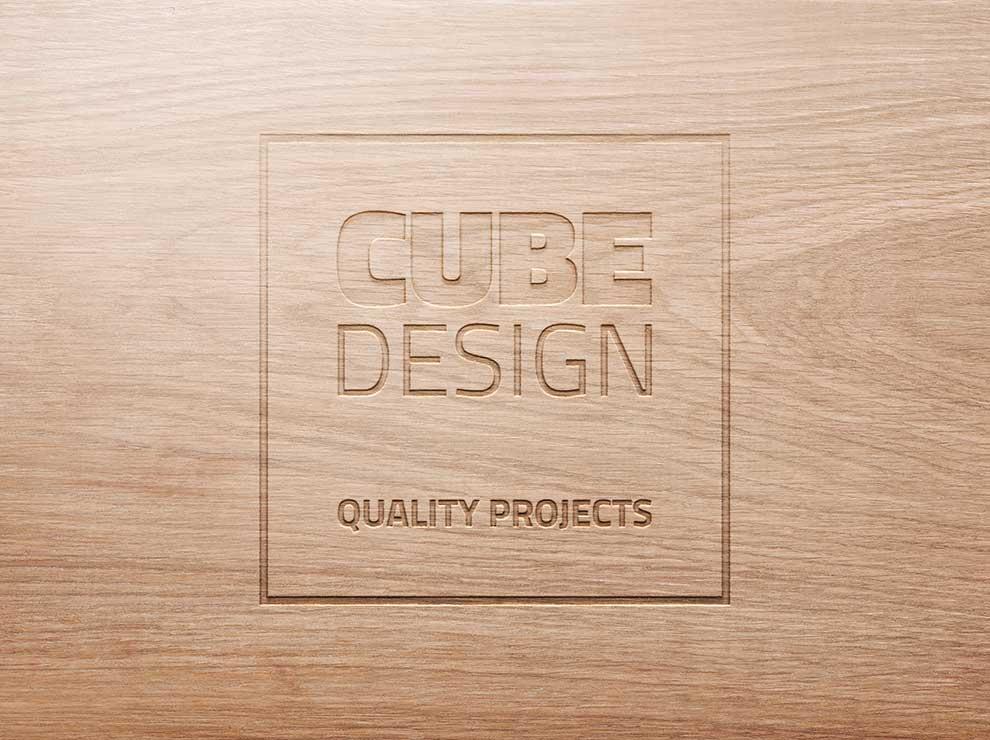 Logotipo de Cube Design tallado en madera