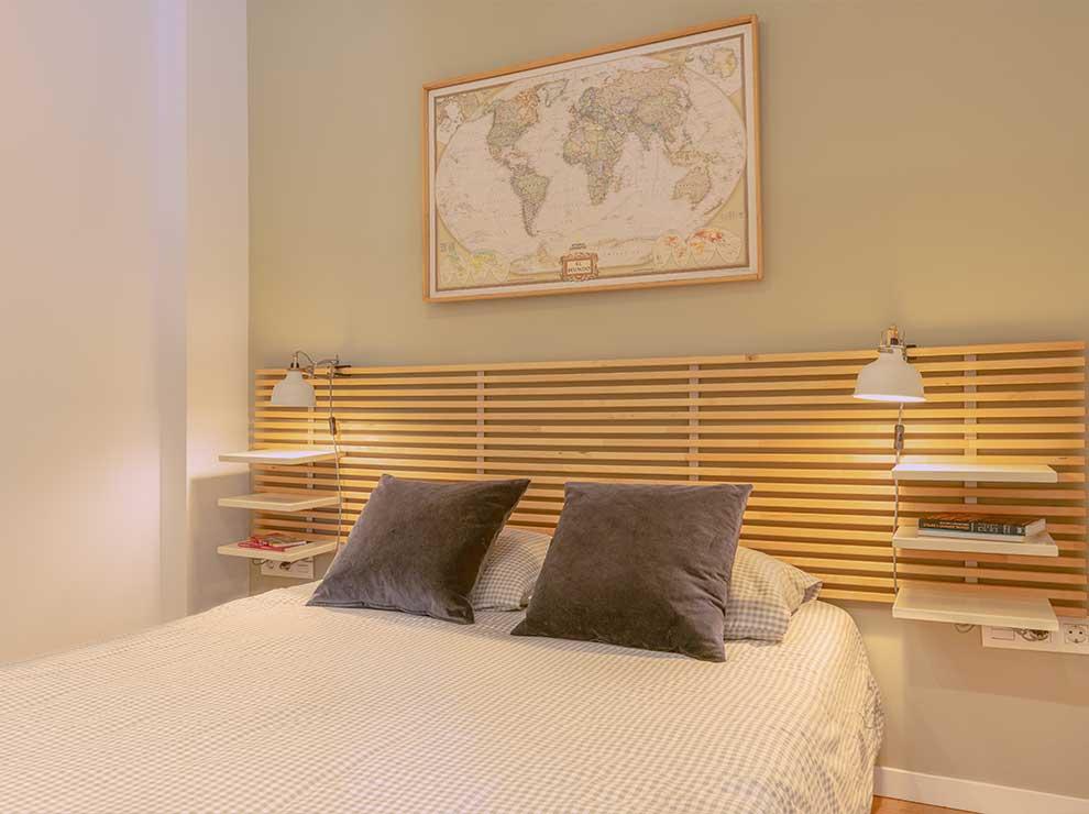 Interiorismo de un dormitorio en tonos neutros.