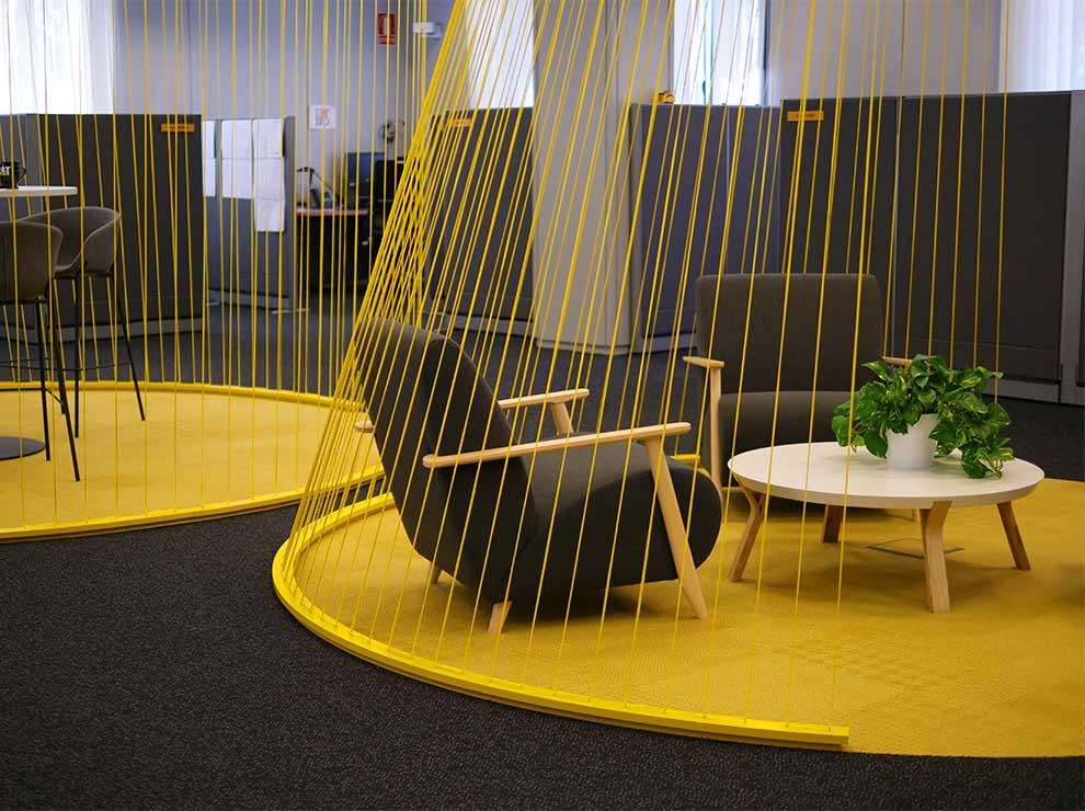 Espacio de reunión informal en oficinas