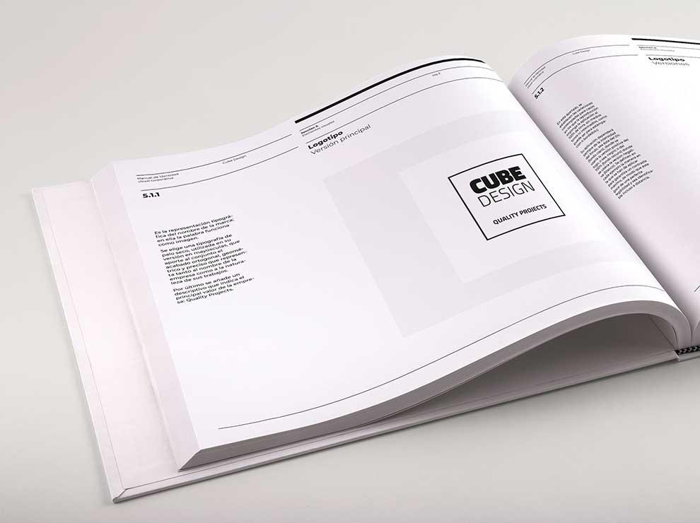 Interior del manual de identidad corporativa de Cube Design
