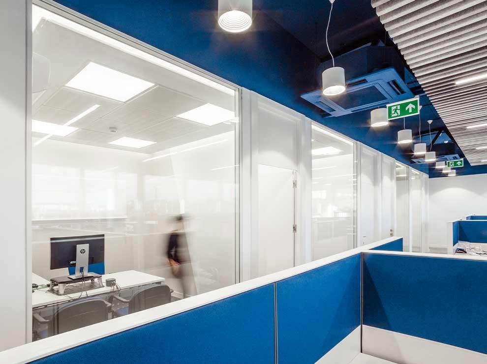 Interior de oficinas en tonos azules y blancos.