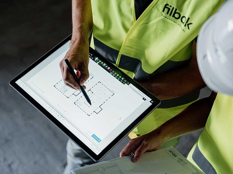 Equipo de Filbak trabajando sobre un plano.