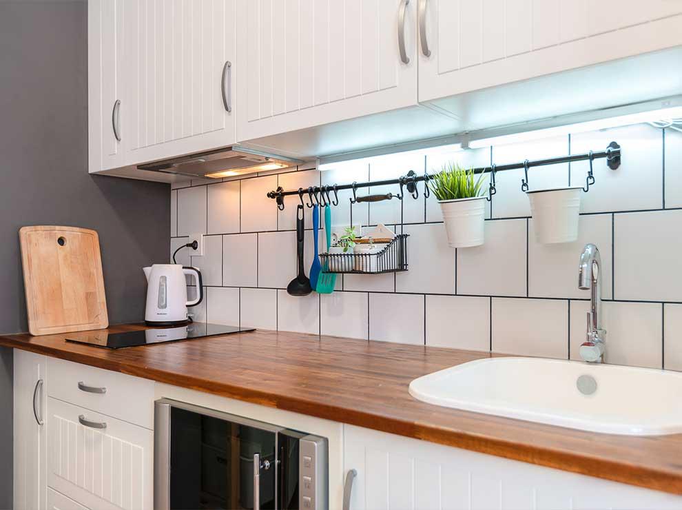 Encimera de cocina blanca y moderna.