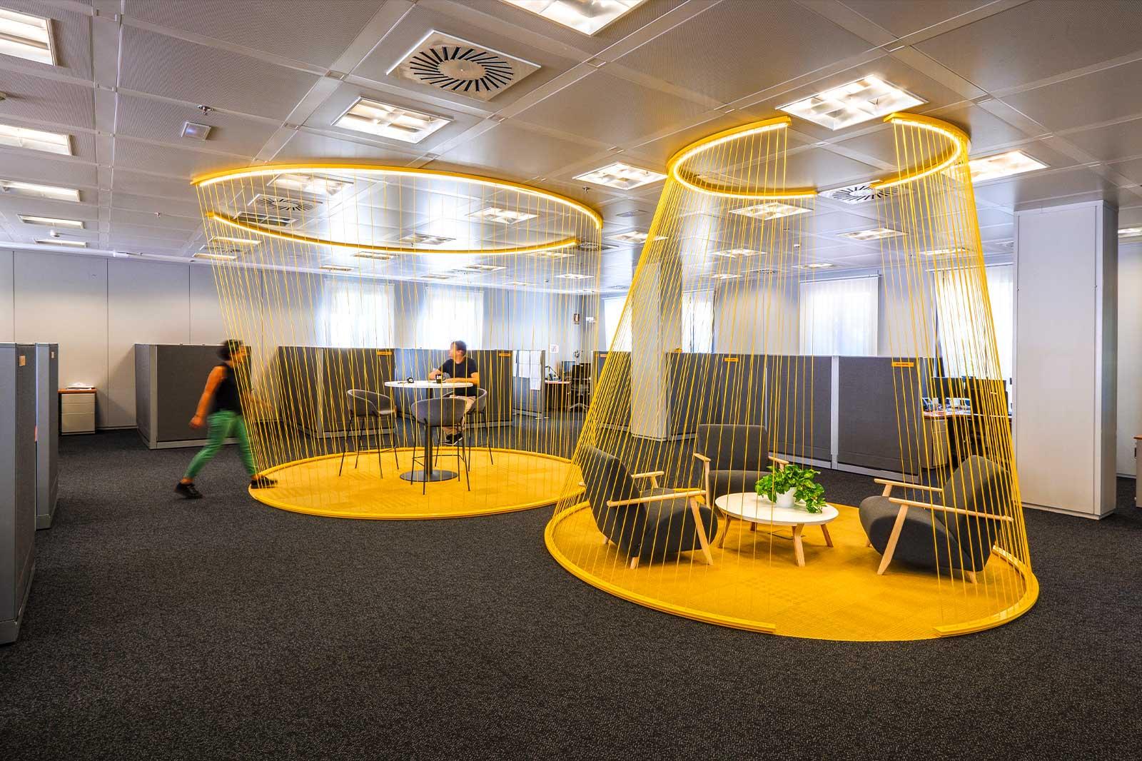 Branding espacial en las oficinas de Caterpillar.
