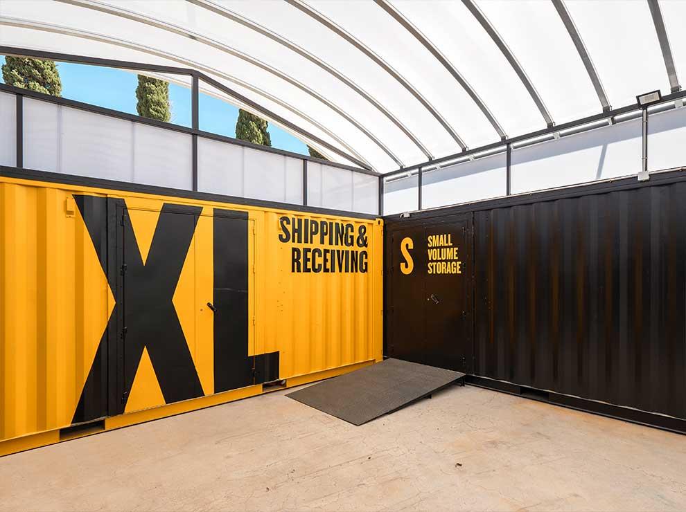 Aplicación de marca a la arquitectura con containers.
