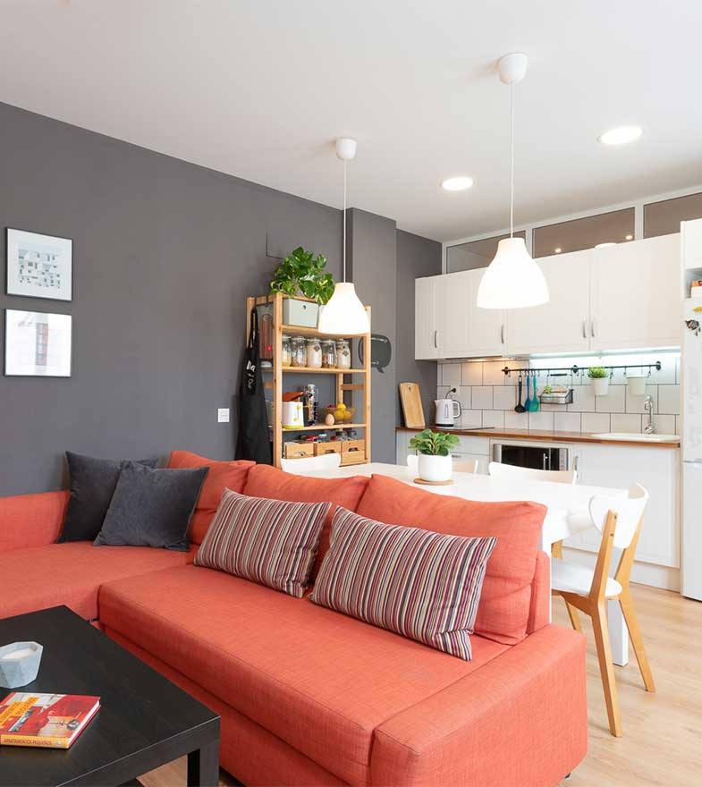 Interiorismo de cocina y salón-comedor.