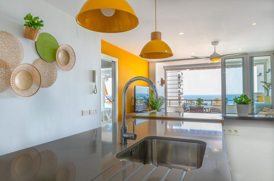 Diseño de cocina abierta en casa con vistas al mar
