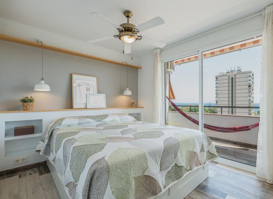 Diseño interior del dormitorio principal en casa con vistas