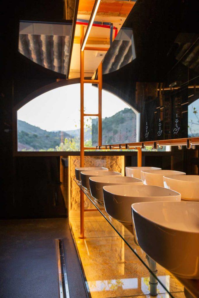 Diseño de baño en restaurante de Caterpillar