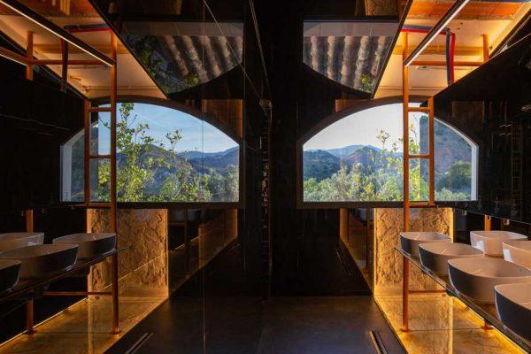 Diseño de interiores en aseo restaurante de Caterpillar