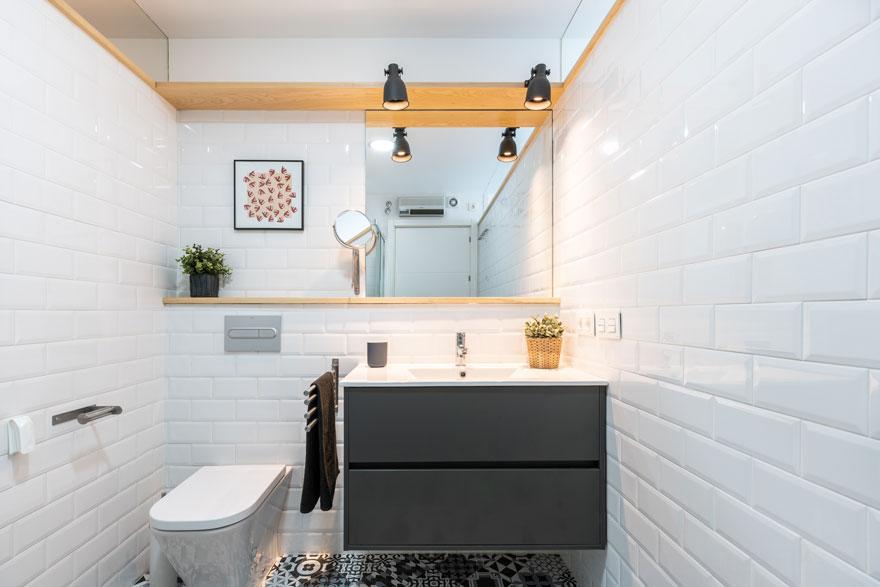 Diseño interior de baño blanco, gris y madera