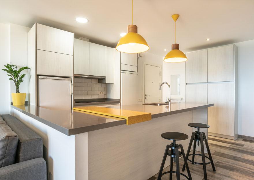 Diseño interior de cocina abierta gris y amarilla