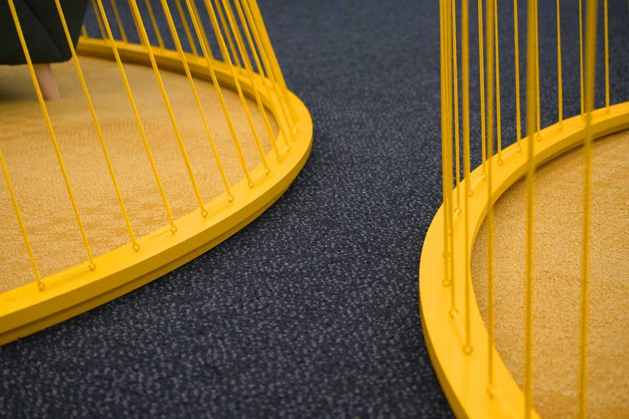 Diseño de suelo de moqueta y trapillo amarillo en Caterpillar