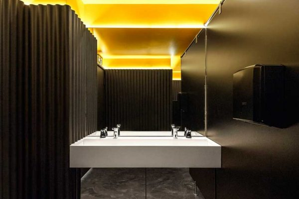 Branding espacial en baño de tribuna de Caterpillar