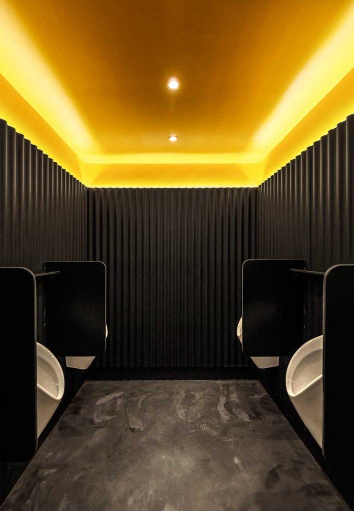 Interiorismo de urinarios en aseo de tribuna de Caterpillar