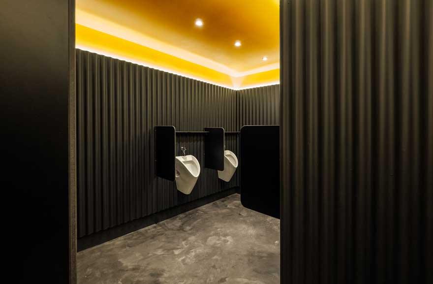 Diseño interior industrial para el baño de tribuna de Caterpillar