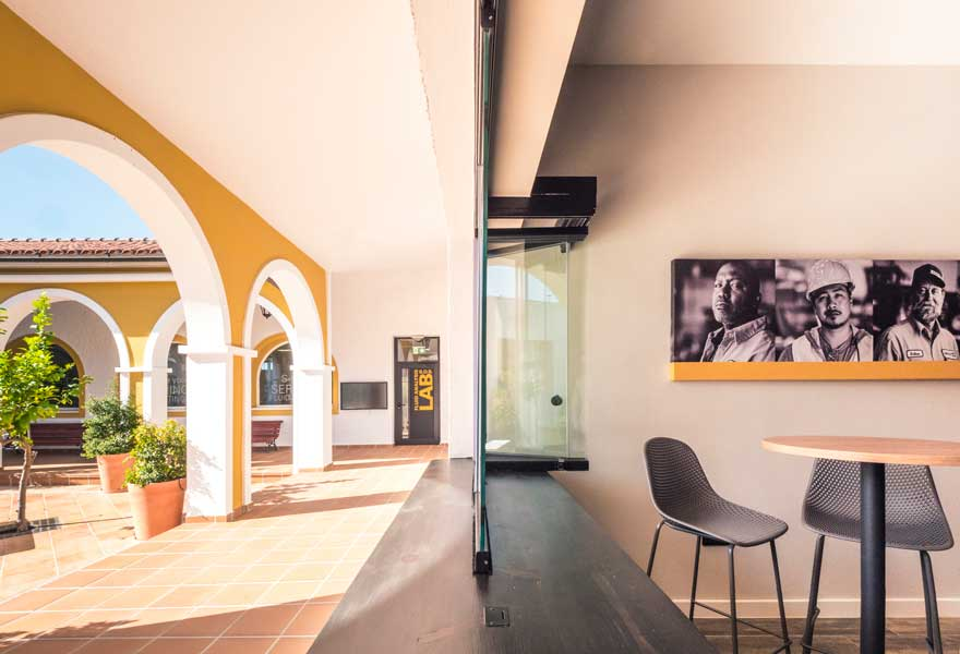 Relation with the courtyard of the Caterpillar cafeteria interior design