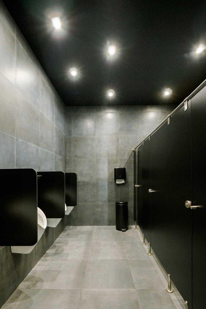 Diseño interior de los baños de Caterpillar