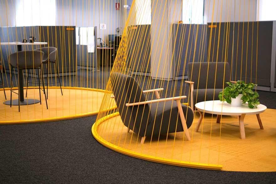Interiorismo textil de oficina Caterpillar en Málaga