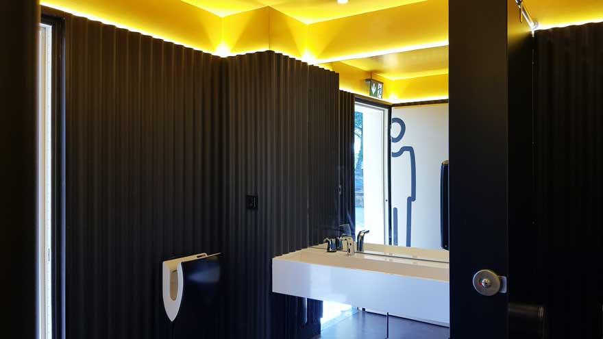 Diseño de lavabo en baño corporativo de Caterpillar