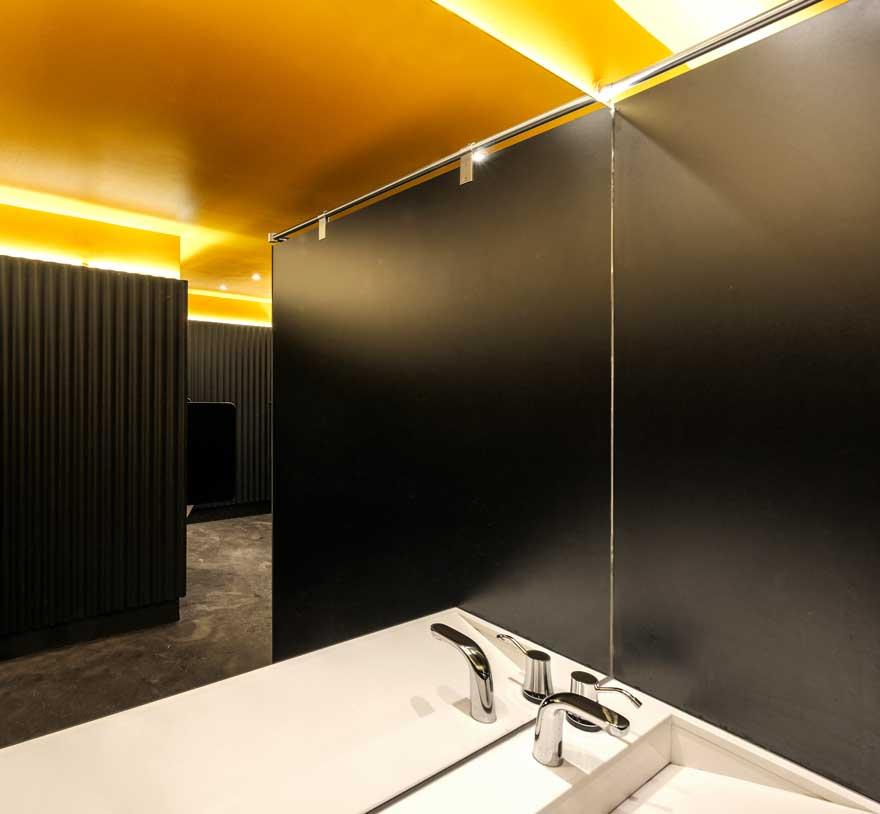 Diseño corporativo del baño de tribuna de Caterpillar Málaga