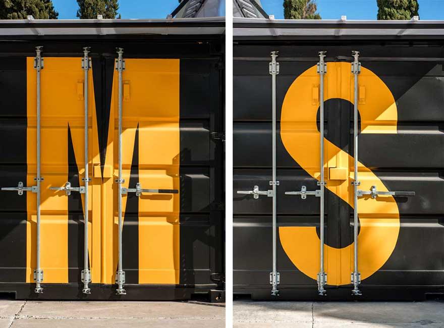Detalle de señalética para contenedor en Caterpillar Málaga