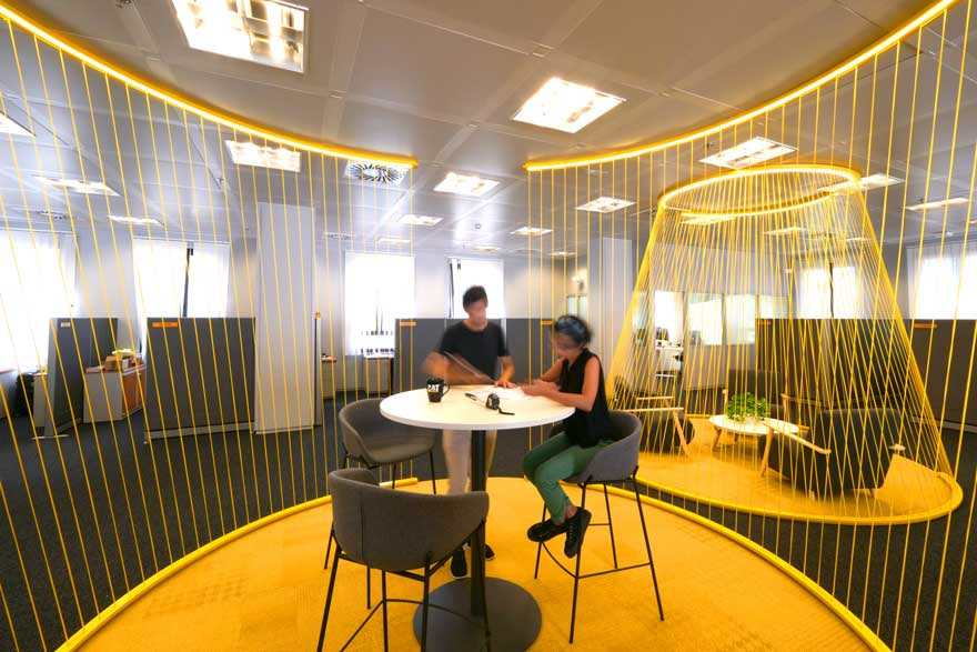 Quick meeting room with textile architecture