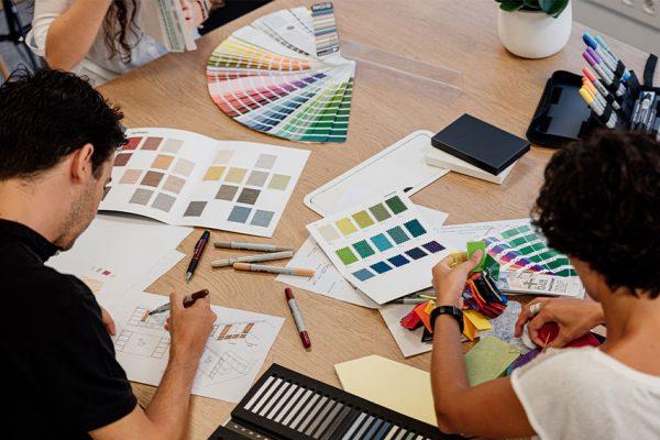 Equipo trabajando con cartas de color y texturas.