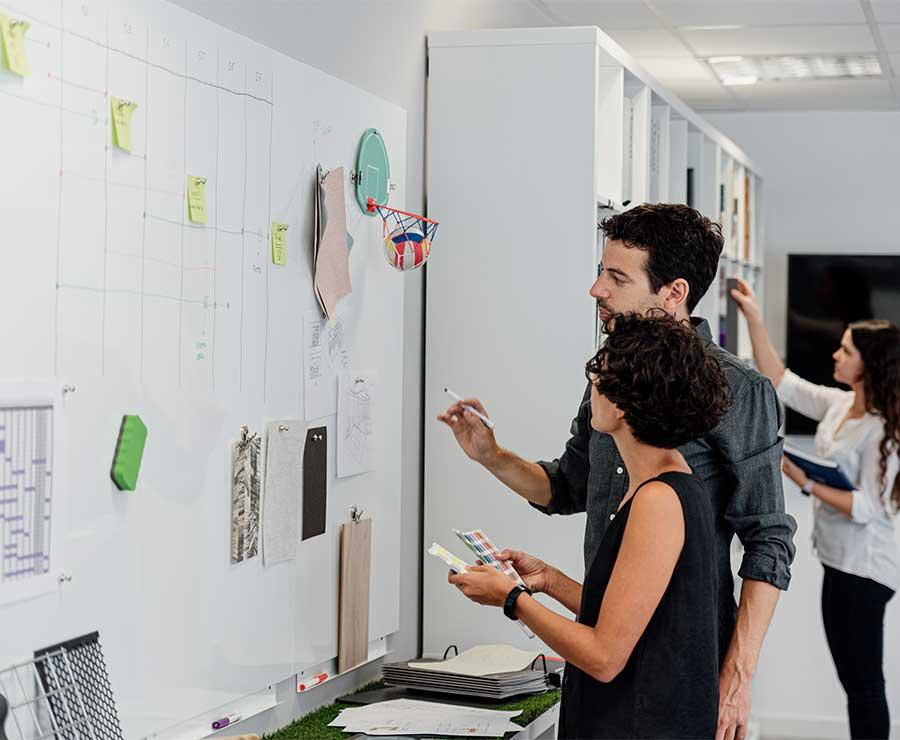 Diseñadores trabajando en un panel de inspiración.