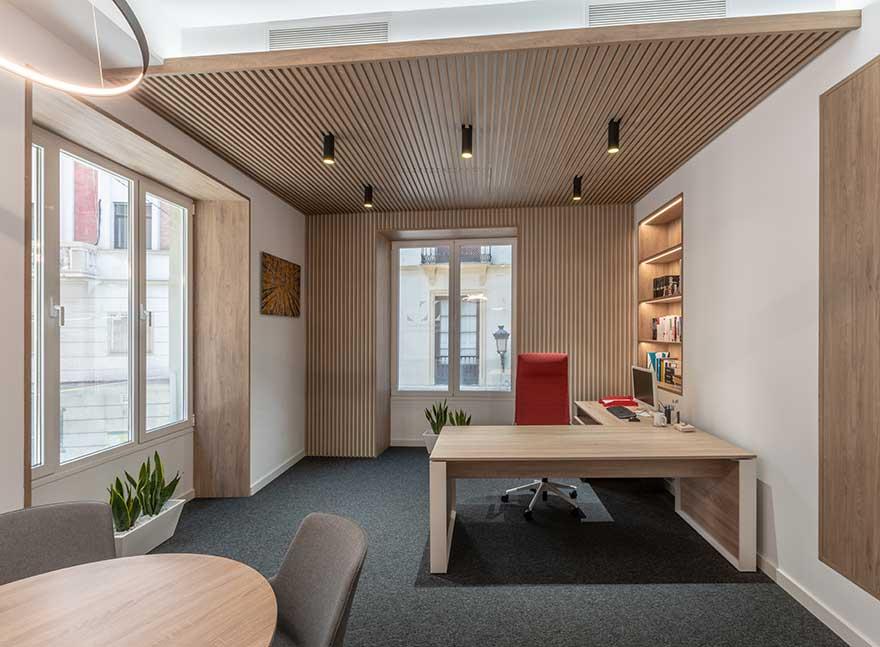 Diseño interior de despacho principal en oficina en Málaga