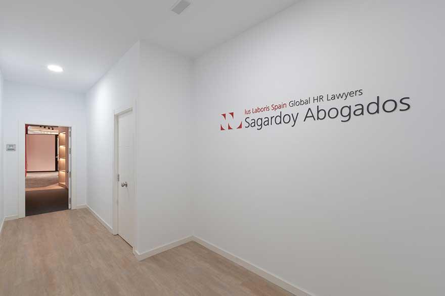 Diseño de acceso en Sagardoy Abogados Málaga