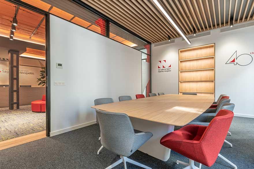 Diseño de sala de reuniones para oficina Sagardoy Abogados Málaga