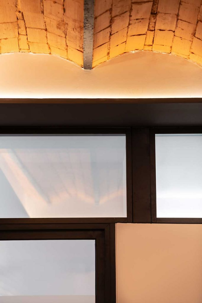 Ceiling detail and lighting in Sagardoy office design