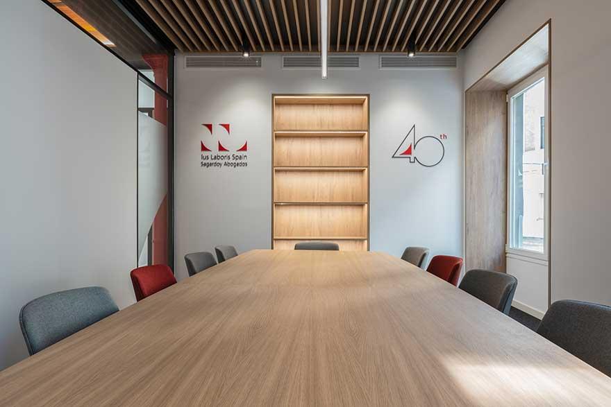 Diseño de sala de reuniones corporativa en Málaga