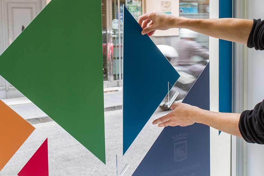 Triángulos de colores para ventanal