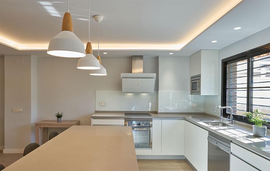 Diseño de cocina abierta con isla