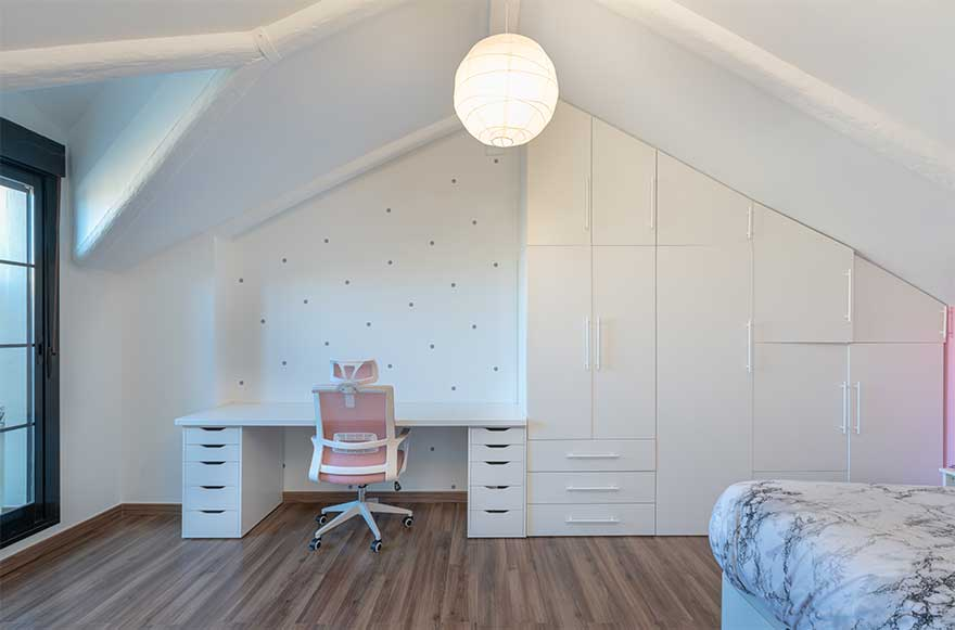 Diseño de habitación abuhardillada