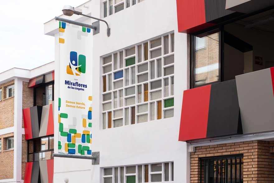 lona de entrada del colegio Miraflores