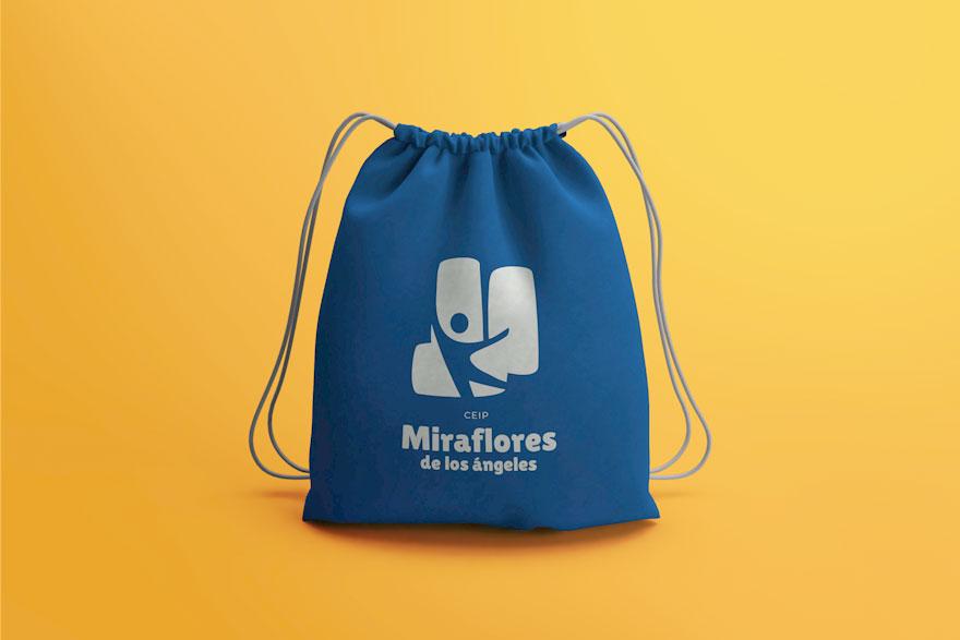 mochila con nuevo logo del colegio Miraflores de los Ángeles