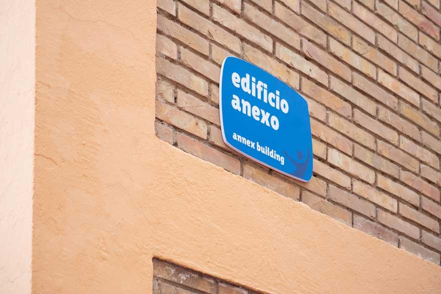 señalética exterior del patio del colegio Miraflores