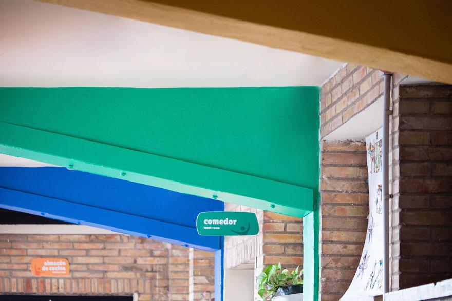 colores corporativos en pasillo del colegio Miraflores