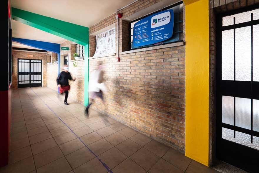 diseño interior de pasillo del colegio Miraflores