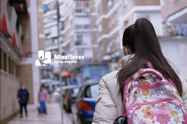 alumna llegando al colegio Miraflores en Málaga
