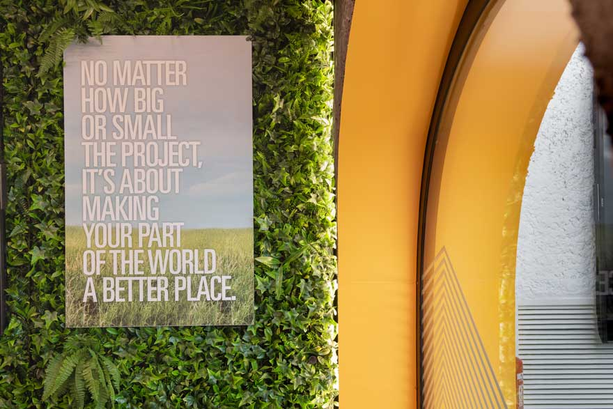 detalle de jardín vertical en restaurante