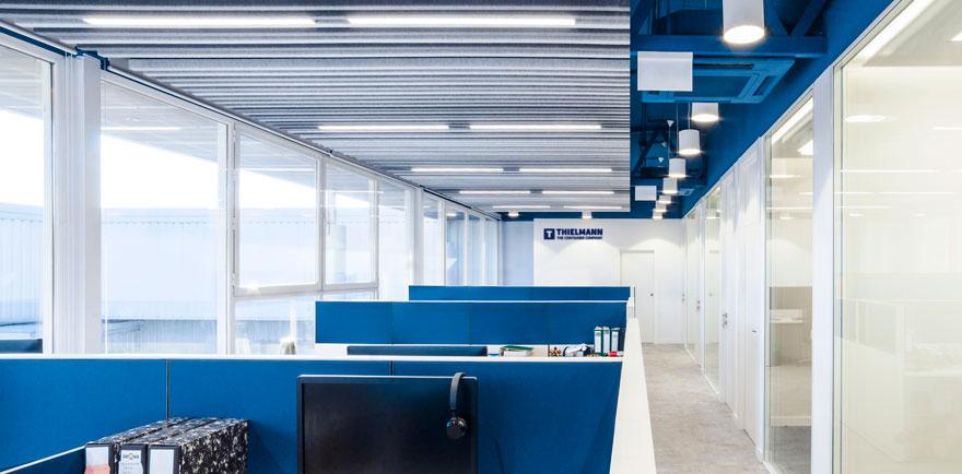 iluminación en oficina abierta de Thielmann