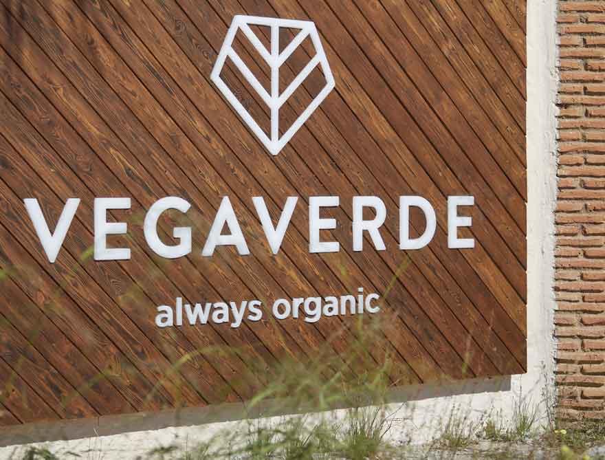 detalle del rótulo corporativo de Vegaverde