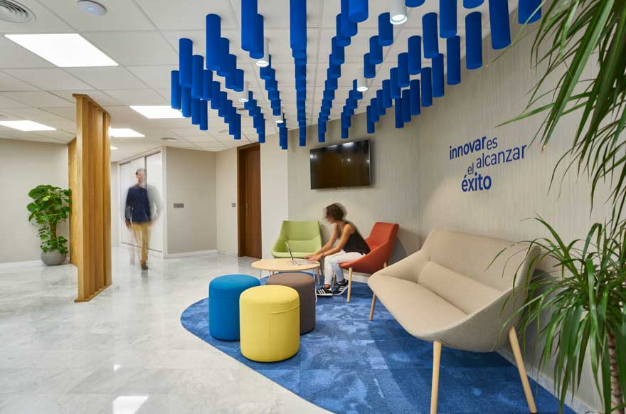 espacio de reunión informal en oficina